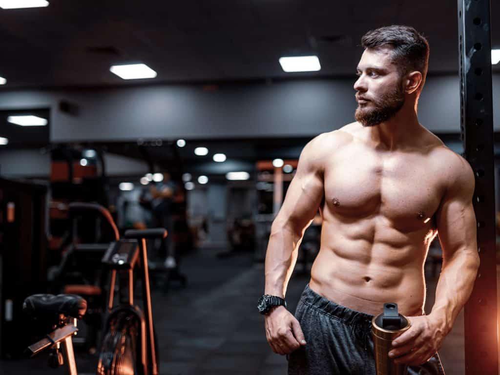 hombre en forma y musculado