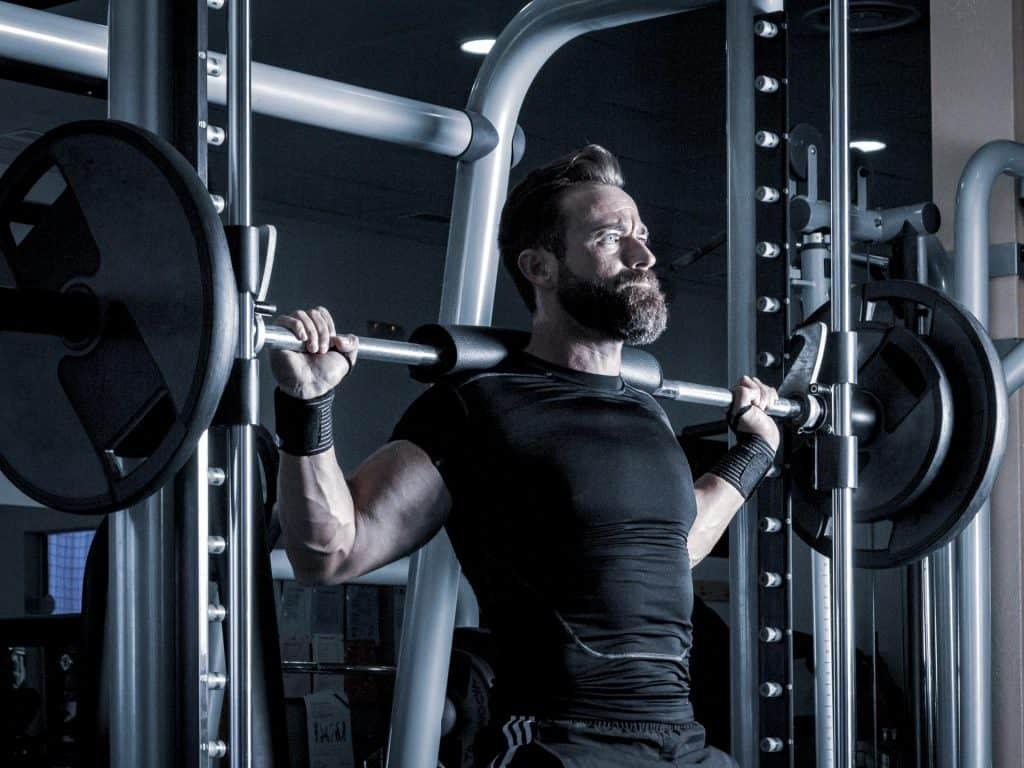 hombre haciendo pesas en un banco de musculacion