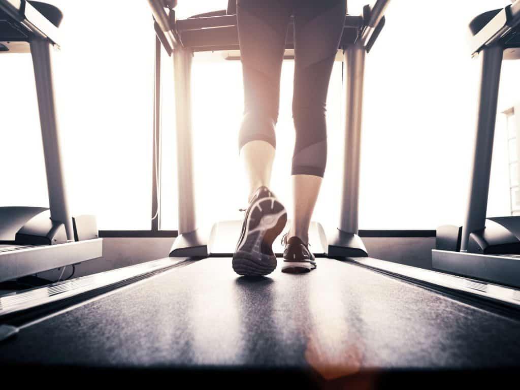 mujer usando una cinta de correr