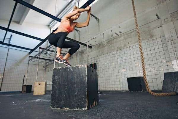 mujer haciendo box jump